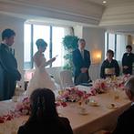 ホテルオークラ東京ベイ:海を一望できるスィートルームをふたりらしくアレンジ。入場やケーキ入刀、花嫁の手紙など温かなひと時に