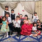 ホテルオークラ東京ベイ:子どもたちから受け取る花束の演出は「かわいい!」と大好評。ドレスに合わせた会場コーディネートも素敵