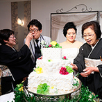 ホテルオークラ東京ベイ:家族の絆を深めた、参加型演出のサプライズ。新郎新婦がゲストのもとに歩み寄り、心の距離も近づけた