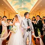 ホテルオークラ東京ベイ:選べる7色の光や羽根が舞う演出でロマンチックなセレモニー。挙式後はゲストと一緒にバルーンリリースも