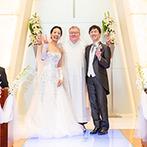 ホテルオークラ東京ベイ:バージンロードの清らかな光が純白のドレスを引き立てた。コートヤードではフラワーシャワーや記念撮影も