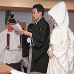 ホテルニューオータニ:大勢の友人にも参列してもらえる広い神殿で厳粛な神前式。決意を込めた誓詞奏上で、結婚の重みを実感した