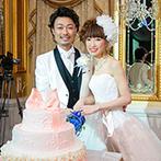 ロイヤルチェスター太田:クリスタルのシャンデリアが存在感を放つ贅沢なパーティ空間。リボンがついたケーキへの入刀も注目の的