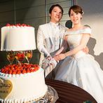 アイビーホール:白を基調にした邸宅風バンケットがパーティの舞台。ワインを取り入れた装飾やケーキにゲストもわくわく!