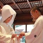 川越氷川神社・氷川会館:嫁ぎの紅、花嫁行列、結い紐の儀…。日本の伝統を重んじつつオリジナリティのある神前式はゲストも新鮮!