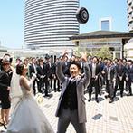 神戸ポートピアホテル:ホテルの独立型チャペルで、都会の喧騒を忘れる神聖な誓い。式後は青空の下で爽やかなセレモニーも!