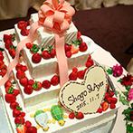オリエンタルホテル 東京ベイ:木目調の落ち着いたパーティ会場をドレスに合わせてコーディネート。オリジナルケーキがゲストの注目の的!