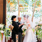 オリエンタルホテル 東京ベイ:まるで森の中にいるような癒しのチャペル。フラワーシャワーでは、一般の利用客からも祝福の声が