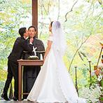 THE HILLTOP TERRACE NARA(ザ・ヒルトップテラス奈良):世界遺産・奈良公園の森に抱かれるチャペル。自然光と緑が輝く空間で、神父役の友人に感謝のベーゼも