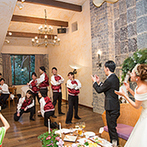 THE HILLTOP TERRACE NARA(ザ・ヒルトップテラス奈良):石造りの空間に木の温かみを感じるメインバンケット。美味しい料理とふれ合いを自由に楽しむパーティに