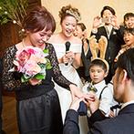 THE HILLTOP TERRACE NARA(ザ・ヒルトップテラス奈良):ふたりの結婚式が、友達カップルのプロポーズの場に!開放的な空間に、バンザイの掛け声&歌声が響き渡った