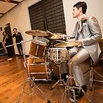 THE HILLTOP TERRACE NARA(ザ・ヒルトップテラス奈良):和やかなパーティを彩ったのは、何年たっても色あせないラブソング。ドラムを叩く格好良い新郎の姿も話題に
