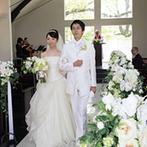 神戸迎賓館 旧西尾邸(兵庫県指定重要有形文化財):温もりに包まれた独立型チャペルでの挙式。永遠の誓いを交わした後は、大空のもとアフターセレモニーも満喫