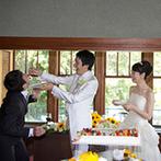 神戸迎賓館 旧西尾邸(兵庫県指定重要有形文化財):和の雰囲気が漂う空間を、ヒマワリを使ってコーディネート。ゲストを交えた温かな時間に笑顔が溢れた