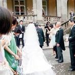 綱町三井倶楽部:挙式と披露宴の合間にガーデンでパーティを。開放的な雰囲気の中、緑に囲まれ、ほっとくつろぎのひとときに