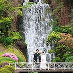 ロイヤルガーデンパレス 柏 日本閣:水辺に佇む独立型神殿や滝が流れる庭園など、和の趣ある空間に一目惚れ。スタッフの細やかな対応も決め手に