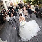 ザ エクセレントヒルズ 神戸北野:バラに彩られたバージンロードが、乙女心をトリコに。こぢんまりとした堂内で祝福の言葉も間近で受け取った