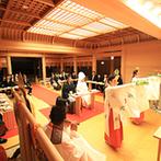 エスタシオン・デ・神戸:友人ゲストにも参加してもらえる本格的な神前式。小川のせせらぎが聞こえる中、巫女が雅楽の舞を披露する