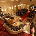 エスタシオン・デ・神戸:エントランスホールを見上げれば、そこはまるで異国のお城。この美しい大階段でドラマチックな式がしたい!