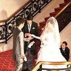 エスタシオン・デ・神戸:2階からの華やかな登場シーンに、ゲストの目は釘付け!大階段の中央でセレモニーを行う、荘厳な教会式