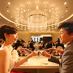 エスタシオン・デ・神戸:こだわりのドレスが映える上品カラーで、テーブルや装花をコーディネート。各卓をまわってゲストと交流