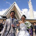 ホテル日航成田:ガーデンの中の真っ白なチャペルで教会式。青空の下でのフラワーシャワーが、新郎の緊張をほぐしてくれた