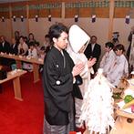 ホテル日航成田:館内にある神殿で本格的な神前式。白無垢に綿帽子、紋付袴に身を包み、親族や神様の前で夫婦の誓いをたてた