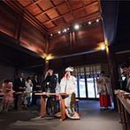 報徳二宮神社/報徳会館:趣のある渡り廊下での参進の儀は、昔と変わらない厳かな雰囲気に。神聖な本殿で叶えた、本格的な和の儀式