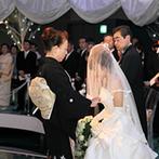 成田ビューホテル:幻想的なオーロラの光が彩るセレモニー。母からのベールダウンや誓いのシーンも、ゲストの心に感動を刻んだ