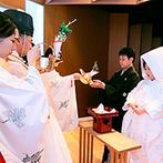 成田ビューホテル:清らかな白木の香りと雅楽の音色に包まれた「清明殿」での挙式。たくさんのゲストに見守られ、晴れて夫婦に