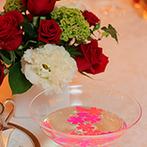 KKRホテル東京:4月の宴にふさわしく、桜の花びらが光る演出。各卓フォトやブーケプルズ、映像でも幸せをわかちあった