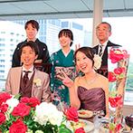 KKRホテル東京:頼れるプランナーを筆頭に各部門のプロが理想を形に。はっきりとした色を使った装花もバランスよくアレンジ