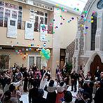 ホテルモントレ京都:ステンドグラスがキラキラと輝くチャペルで誓った永遠の愛…。開放的なガーデンでバルーンシャワーの祝福も