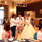 ホテルモントレ京都:新郎新婦が仲良く踊り、ゲストをほっこりさせた。アットホームな雰囲気のなか、果実酒ラウンドも満喫