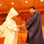 マリエールオークパイン金沢:たくさんのゲストに見守られながら、温かな雰囲気の中で執り行われた神前式。折り鶴シャワーで幸せを実感!