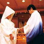 マリエールオークパイン金沢:凛とした雰囲気を醸し出す本格神殿で、古式ゆかしい神前式。親族と友人に見守られながら誓った永遠の愛…