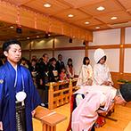 マリエールオークパイン金沢:白木の美しい門扉の先に、檜(ひのき)の香りが漂う本格神殿が。大勢の友人知人にも見守られて神前に誓った