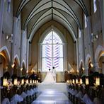 ザ・ロイヤルクラシック姫路:クリスチャンの新郎が選んだ大聖堂!ステンドグラスから差し込む光とハートのライトが、ふたりの誓いを演出