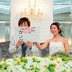 ザ・ロイヤルクラシック姫路:真珠のような白い空間に引き立つ、グリーンや黄色のナチュラルな装花。全員がリラックスして楽しめる工夫も