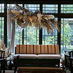 ザ ソウドウ ヒガシヤマ キョウト(THE SODOH HIGASHIYAMA KYOTO):6つの披露宴会場の中から、最大級の広さを誇る空間を貸切。2面の窓から降り注ぐ自然光も笑顔を輝かせた