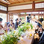 ザ ソウドウ ヒガシヤマ キョウト(THE SODOH HIGASHIYAMA KYOTO):ゲストと同じテーブルを囲んでおしゃべりに花が咲いた。ケーキ入刀など結婚式の王道演出も取り入れて笑顔に