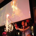 The ORANGER GARDEN ISUZUGAWA (ザ・オランジェガーデン五十鈴川):スタッフの協力で友人による新郎新婦エスコート演出もバッチリ。スクリーンでのライブ映像がゲストに大好評