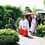 The ORANGER GARDEN ISUZUGAWA (ザ・オランジェガーデン五十鈴川):憧れの神前式は、四季折々の庭園が広がる本格的な独立型の神殿で。スタッフの丁寧な対応に安心感を抱いた