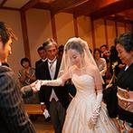 MAIKO HOTEL since1919(舞子ホテル):高い天井と木の梁が印象的な空間で家族の絆を深めたセレモニー。オリジナルの誓いでゲストの笑顔が広がった
