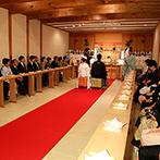 MAIKO HOTEL since1919(舞子ホテル):木の梁&温かみある壁に囲まれた、蔵造りの神殿での神前式。雅楽の生演奏が響く空間で、厳かに誓いをたてた