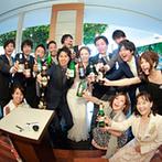北野クラブ・ソラ KITANO CLUB SOLA:ビールが好きなふたりらしい演出でゲストと楽しいひと時。テラスも使って、アットホームな雰囲気のパーティ