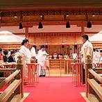 ホテルモントレ大阪:白砂が敷き詰められた銅版屋根つきの神殿。雅楽の音色が響く厳かな挙式を、家族や友人に見届けてもらえた