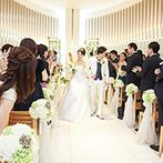 名古屋東急ホテル:木製のベンチやアイビーの葉に彩られたナチュラルなチャペル。柔らかな光に包まれて永遠の愛を誓った