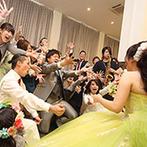 アンジェローブ (Wedding Island Angerobe):新郎と友人たちのサプライズに、会場のテンションはMAX!ライブ会場のように手拍子と歓声が響き渡った