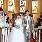 アンジェローブ (Wedding Island Angerobe):時を経てより輝くステンドグラス…そのクラシカルな雰囲気に合わせて、繊細なレースのドレスをセミオーダー